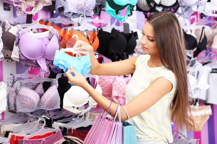 Девушка выбирает белье