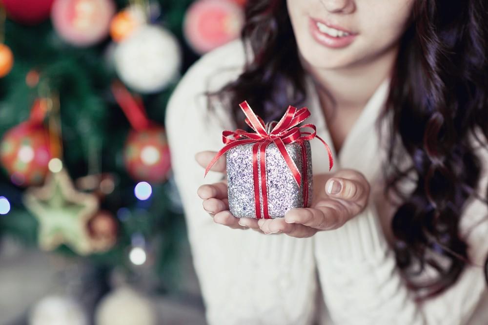 Девушка держит подарок