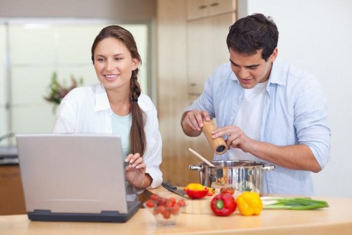 Жена с мужем готовят обед