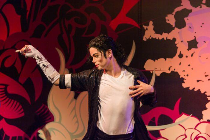 Майкл Джексон танцует