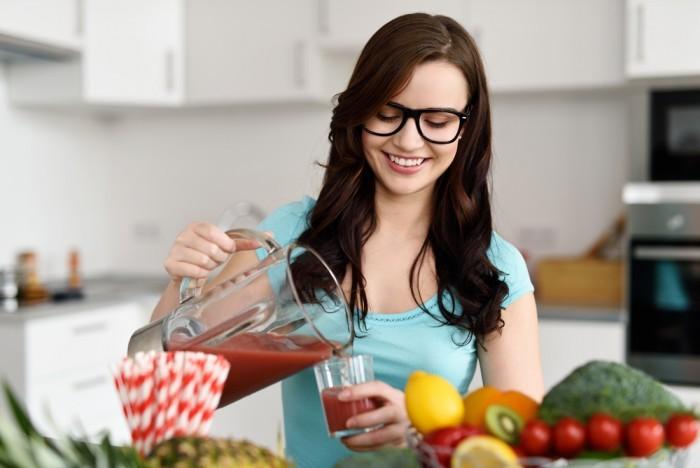 Девушка наливает сок