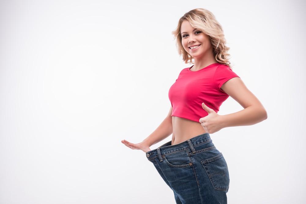 Девушка с большими джинсами