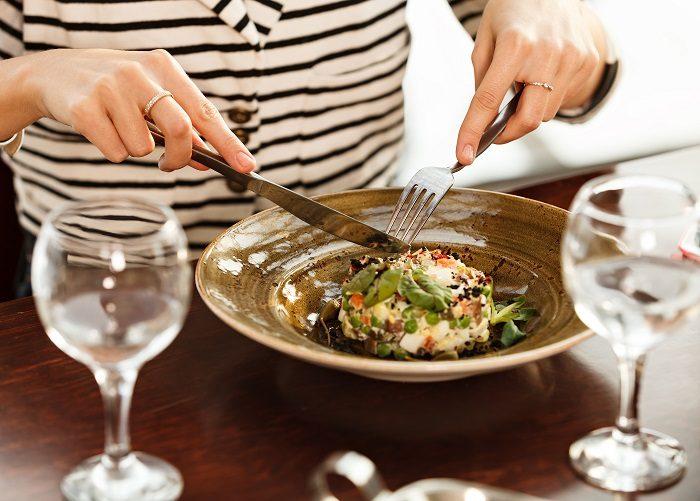 Обед в ресторане с ножом и вилкой