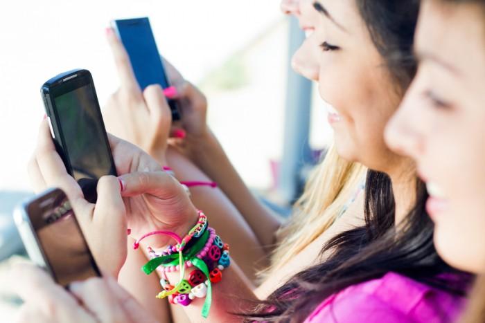Девушки с телефоном