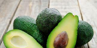 Авокадо на деревянной поверхности