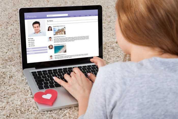 Девушка переписывается по ноутбуку