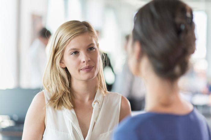 Женщина внимательно слушает подругу