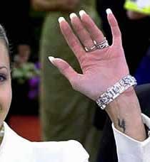 Буква Н татуировка на запястье АНджелины