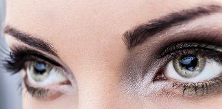 Женские зеленые глаза с красивым макияжем