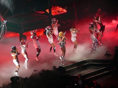 Леди Гага выступает без штанов