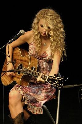 Тейлор Свифт играет на гитаре