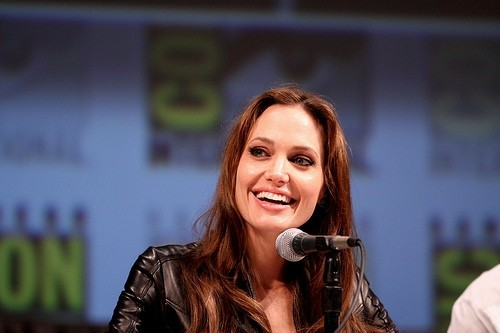 Анджелина Джоли улыбается
