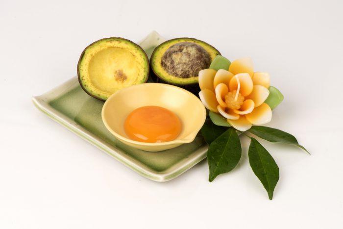 Авокадо на подносе с цветком