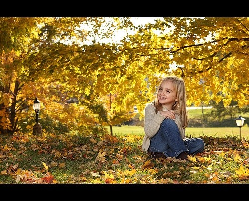 маленькая девочка и осень