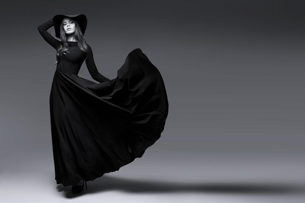 Фото девушке в черном платье