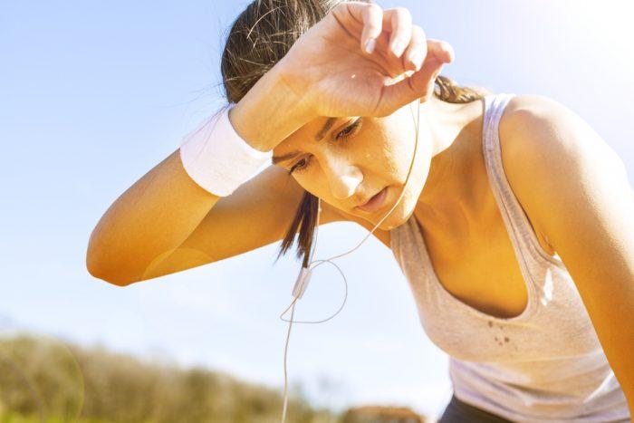 Девушка вспотела после пробежки