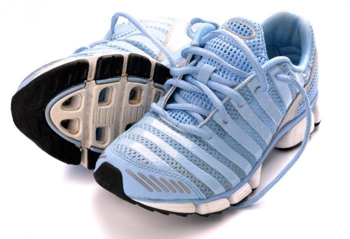 Голубые кроссовки на белом фоне