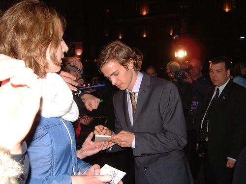 Хейден Кристенсен дает автограф