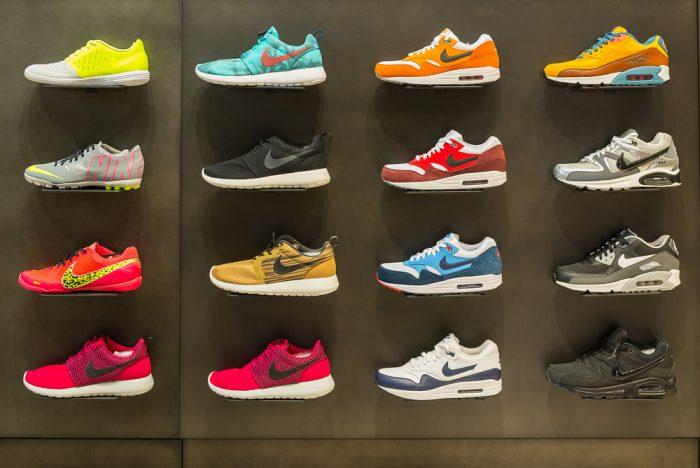 Кроссовки Nike висят на стенде