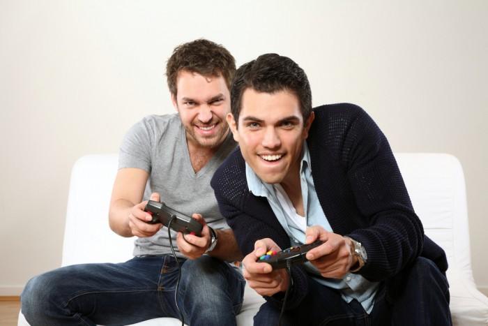 Парни играют в видео игры