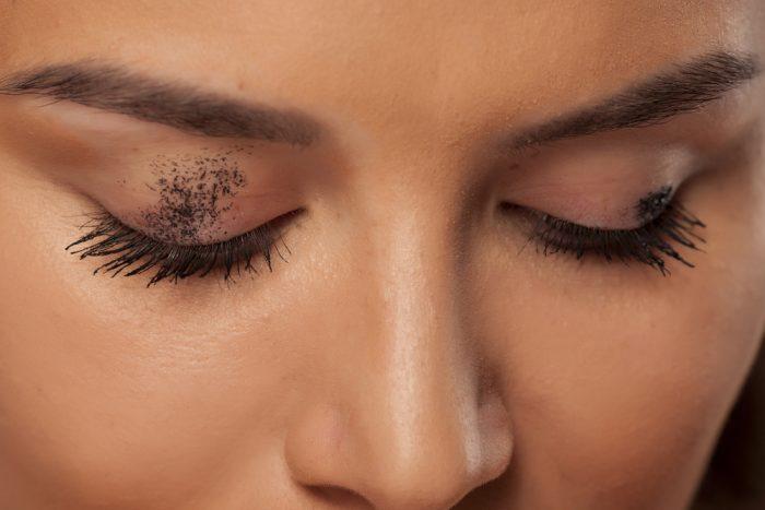 Женские глаза замазанные тушью