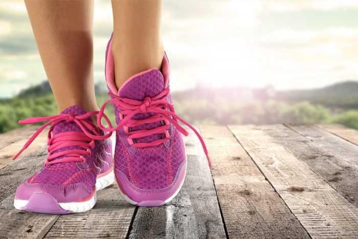 Женские ноги в розовых кроссовках