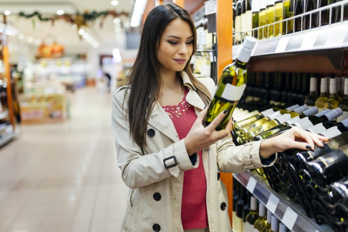 Девушка выбирает алкоголь