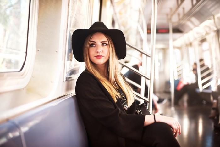 Девушка в общественном транспорте