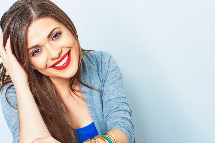 Девушка с красной помадой улыбается
