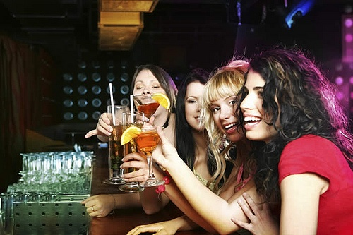Девушки пьют коктейли