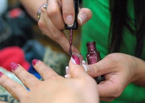 Накрасьте ногти большим слоем