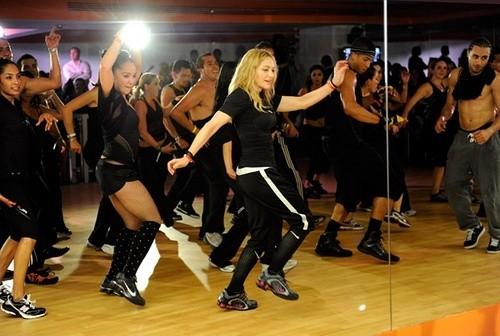 Мадонна танцует в фитнеслкубе