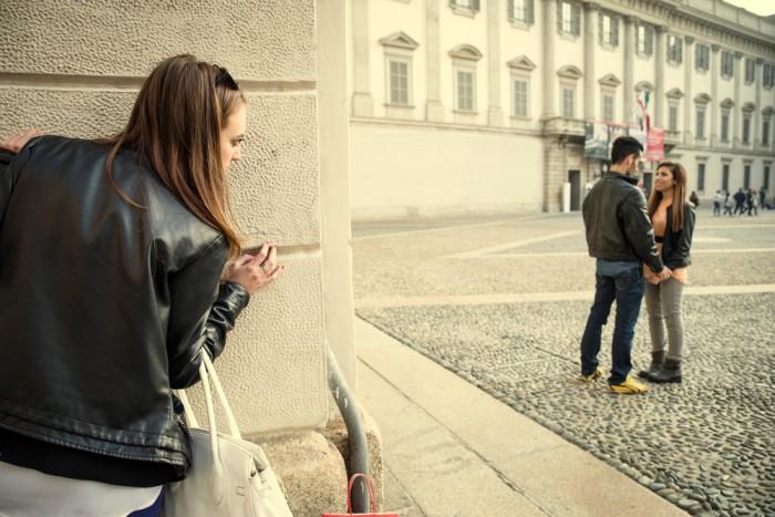 Девушка следит за парой