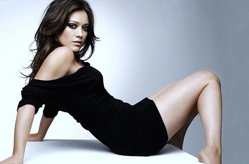 Хилари Дафф в черном платье