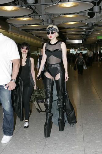 Леди Гага в черных сапогах