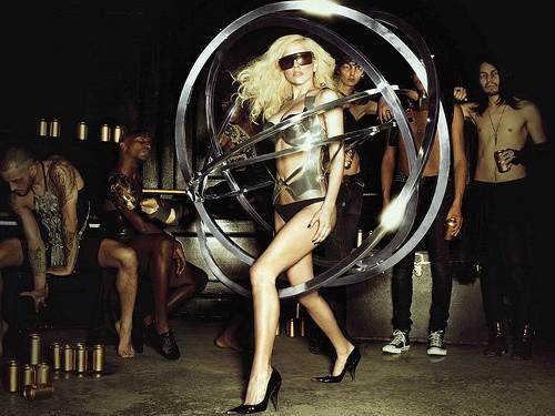 Леди Гага в коричневом платье