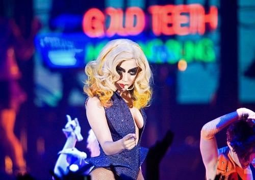 Леди Гага в синем костюме