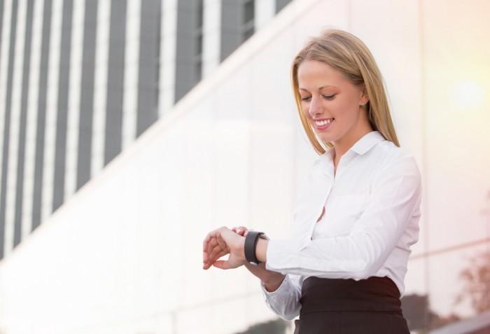 Картинки по запросу девушка смотрит на часы