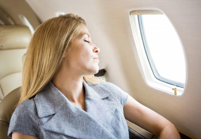 Девушка спит при перелете