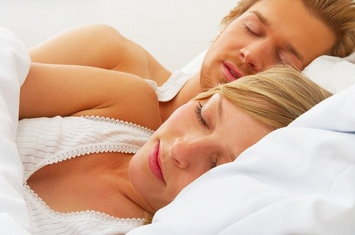 Мужчина и женщина спят