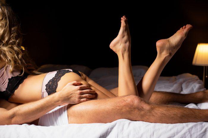Девушка лежит на парне в постеле