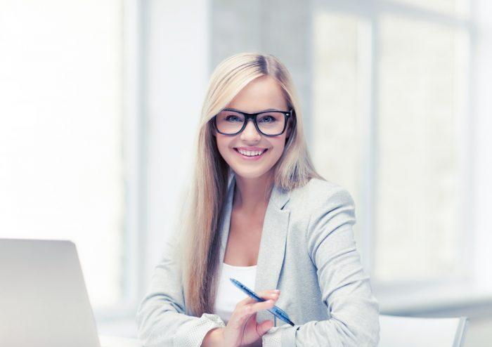 Красивая девушка в очках в офисе