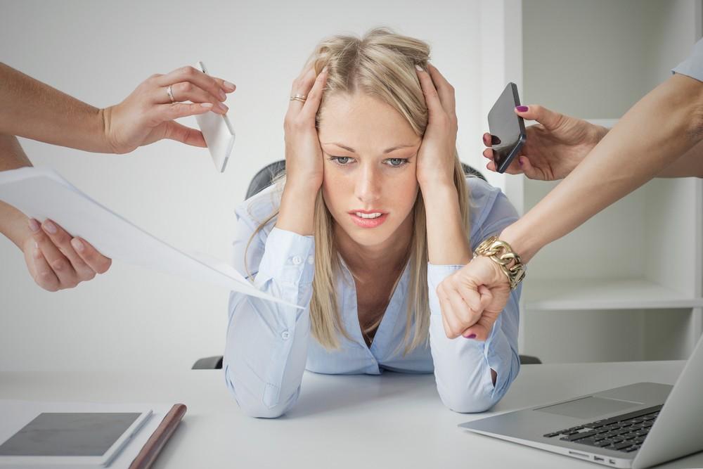 Девушка на работе закрыла уши, чтобы не слышать претензий