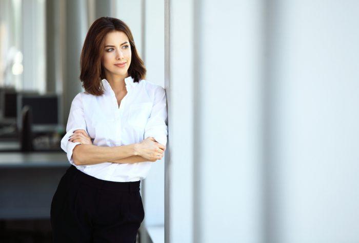 Женщина в белой рубашке задумалась