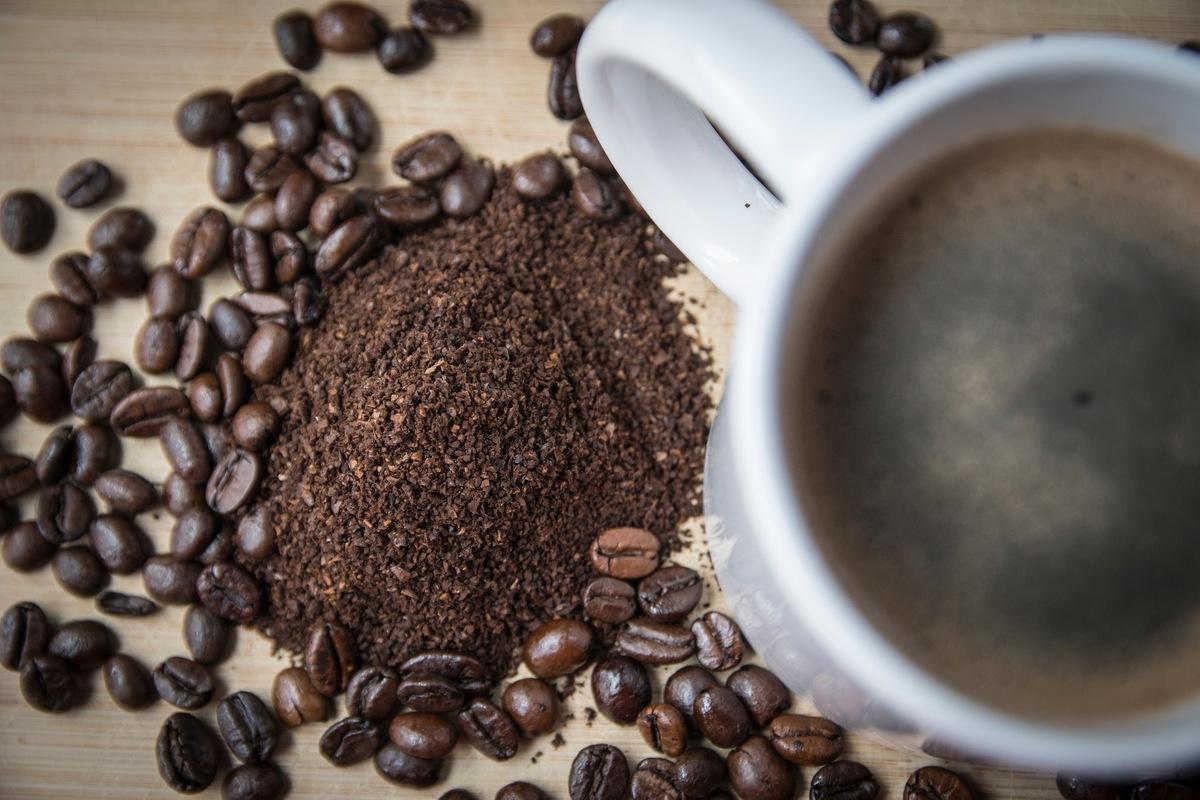 Schwarzer Kaffee und schwarzer Tee