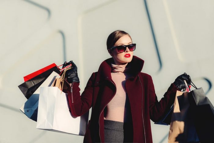 девушка на шопинге с покупками