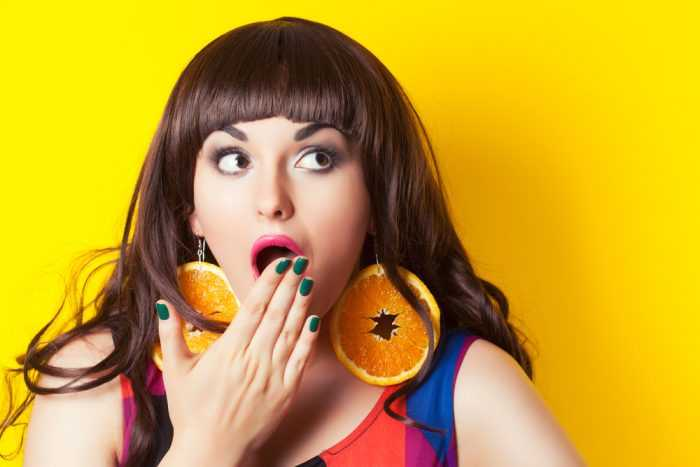 Девушка в серьгах апельсинах