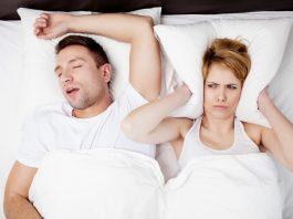 Девушка закрыла подушкой уши от храпа мужа