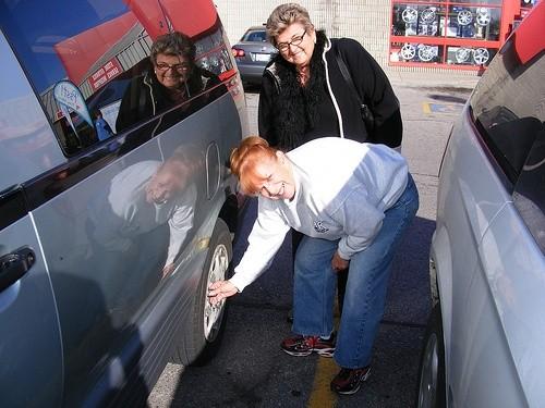 Женщина проверяет шины