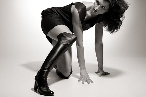 Женщина в черных сапогах